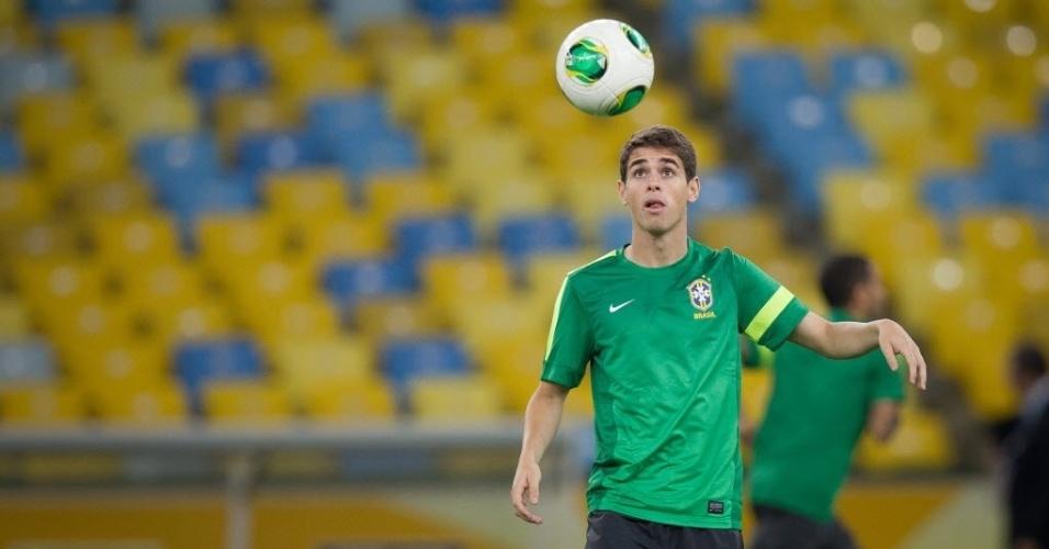 29.jun.2013 - Oscar observa a bola para tentar dominá-la durante o último treino da seleção brasileira antes da final com a Espanha