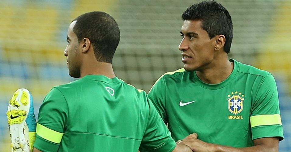 29.jun.2013 - Paulinho e Lucas fazem alongamento durante treino da seleção brasileira no Maracanã