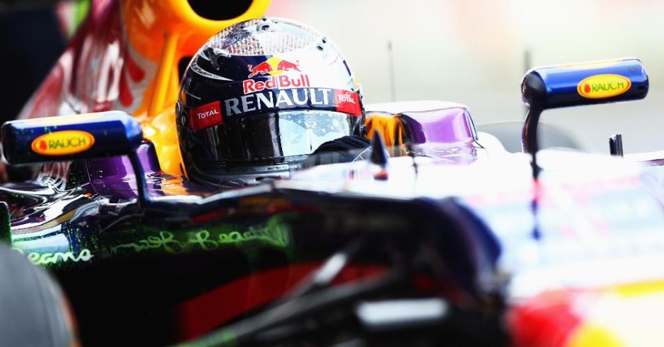 29.jun.2013 - Sebastian Vettel acelera sua Red Bull pelo circuito de Silverstone durante treino de classificação para o GP da Inglaterra