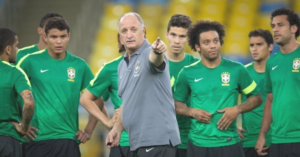 29.jun.2013 - Técnico Luiz Felipe Scolari orienta jogadores da seleção brasileira durante treino no Maracanã