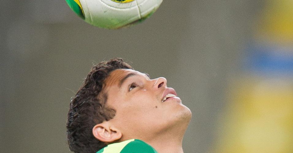 29.jun.2013 - Thiago Silva faz embaixadinhas durante o último treino da seleção brasileira antes da final contra a Espanha