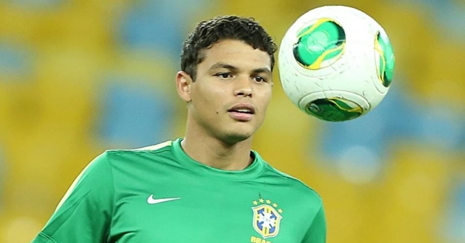 29.jun.2013 - Thiago Silva observa a bola durante treino da seleção brasileira no Maracanã