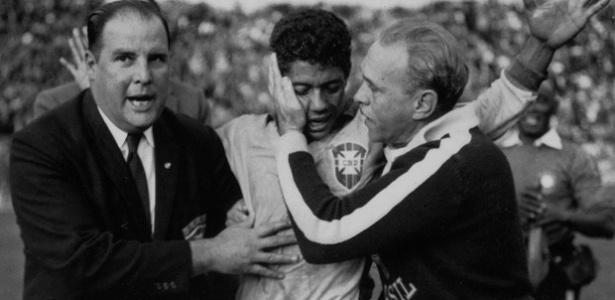 Brasileiro Amarildo é abraçado após a dramática vitória sobre a Espanha na Copa de 1962