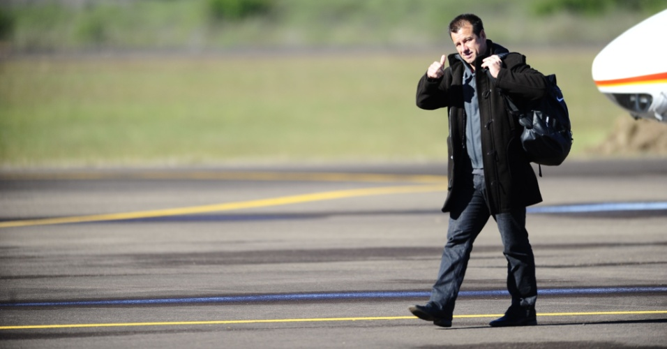 Dunga faz sinal de positiva após desembarcar em Rivera, para amistoso do Inter (29/06/13)