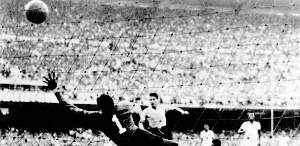 Uruguaio Juan Pepe Schiaffino faz o primeiro gol da equipe contra o Brasil, na Copa de 50