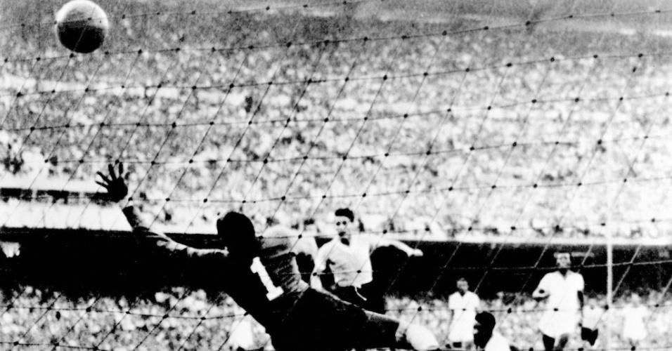 Jogador uruguaio Juan Pepe Schiaffino faz o primeiro gol da seleção uruguaia contra o Brasil, na Copa de 50
