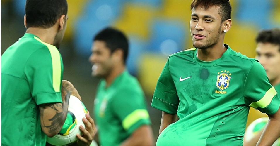 bee3534548baf Neymar brinca com Daniel Alves durante treinamento da seleção brasileira  neste sábado