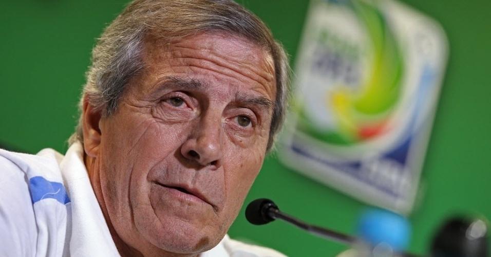 Oscar Tabárez presta atenção na pergunta de jornalistas em Salvador