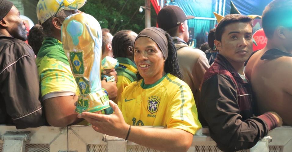 30.06.2013 - Sósia de Ronaldinho Gaúcho esteve no Anhangabaú para ver o final da seleção