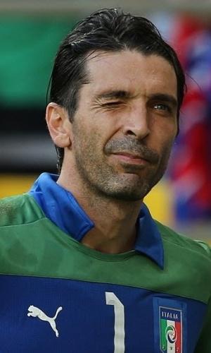 30.jun.2013 - Buffon dá piscadinha após defender um dos três pênaltis que salvou na disputa entre Itália e Uruguai; Squadra Azzurra ficou com o terceiro lugar da Copa das Confederações
