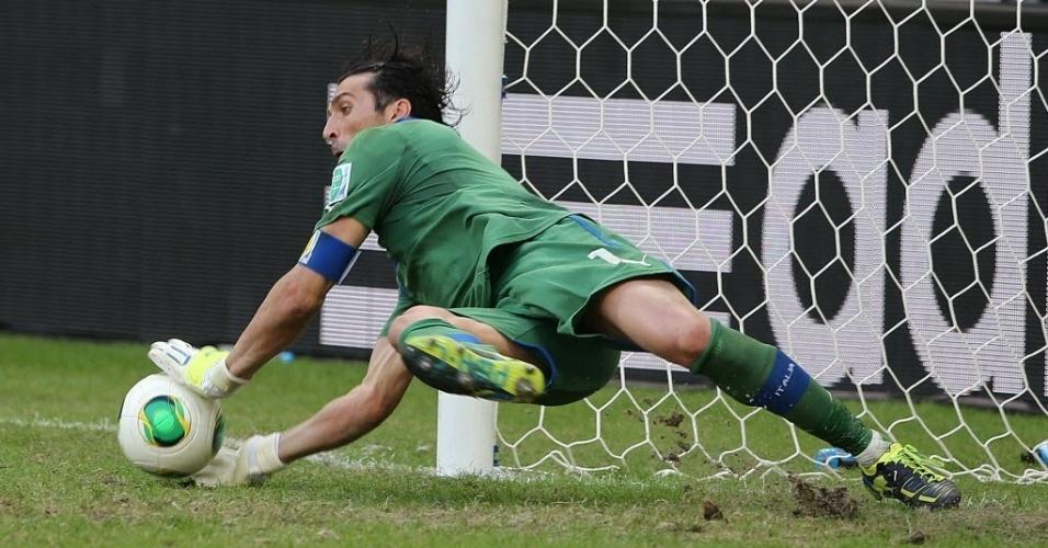 30.jun.2013 - Buffon defende o pênalti cobrado por Gargano, o 3° defendido por ele na disputa entre Itália e Uruguai; italianos ficaram com o terceiro lugar da Copa das Confederações