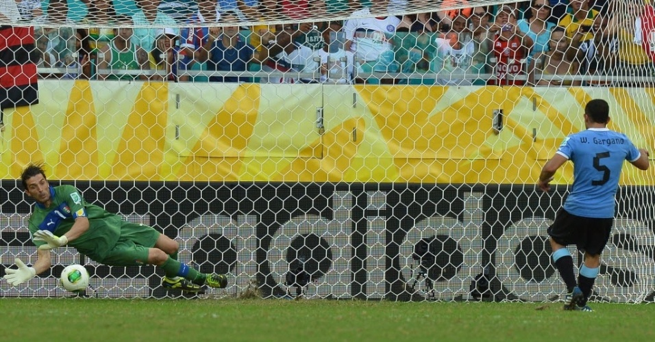 30.jun.2013 - Buffon defende o pênalti cobrado por Gargano, o último da série entre Itália e Uruguai na decisão do terceiro lugar da Copa das Confederações