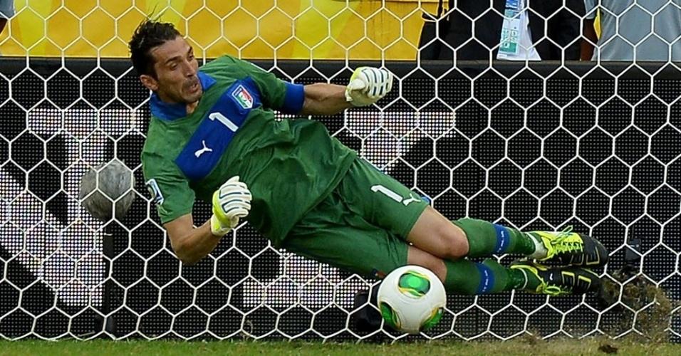30.jun.2013 - Buffon pega pênalti com o pé na disputa de penalidades entre Itália e Uruguai na decisão do terceiro lugar da Copa das Confederações