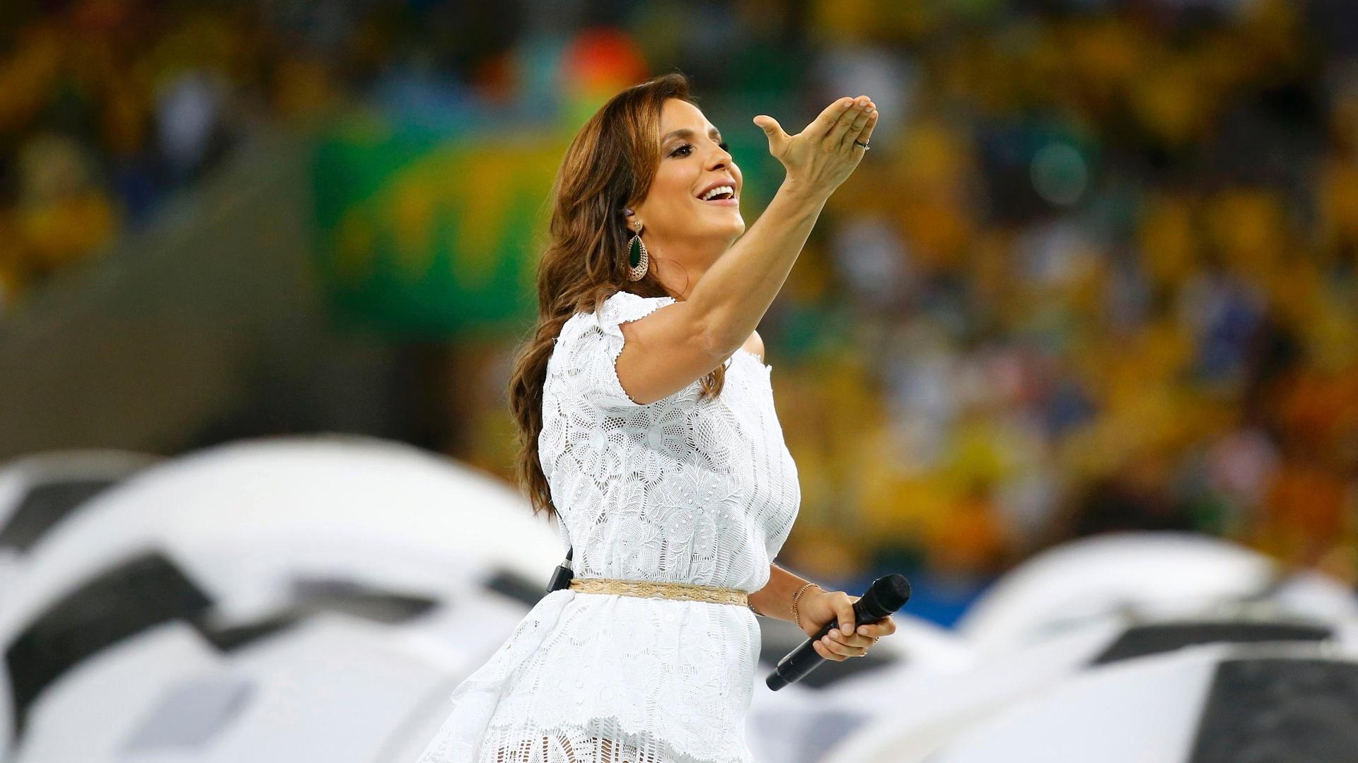 30.jun.2013 - Cantora baiana Ivete Sangalo acena para a torcida presente nas arquibancadas do Maracanã durante a festa de encerramento
