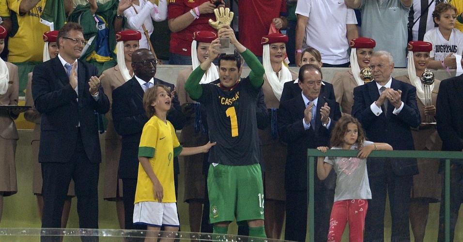 30.jun.2013 - Com camisa de Casillas, Julio Cesar recebe prêmio de melhor goleiro da Copa das Confederações