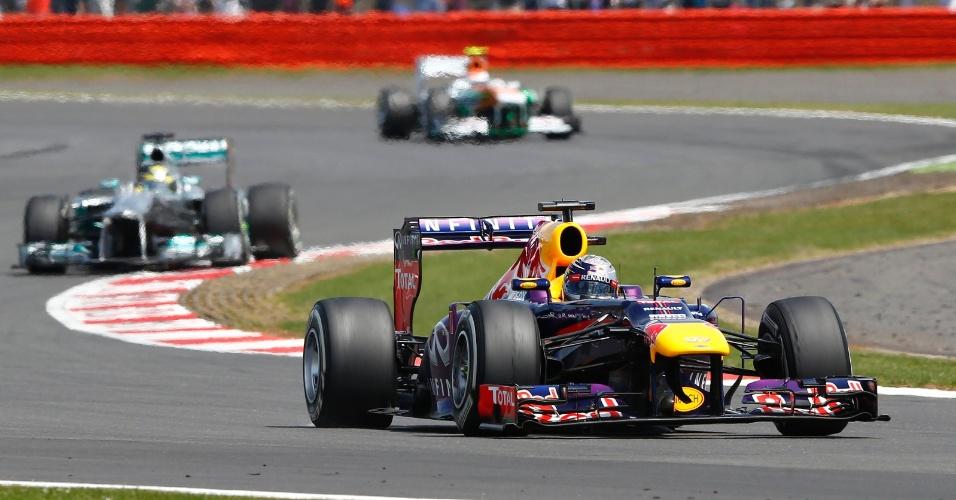 30.jun.2013 - Com problema de Lewis Hamilton, Sebastian Vettel assumiu a liderança do GP da Inglaterra