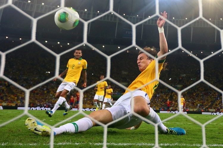 30.jun.2013 - David Luiz dá carrinho e evita gol da Espanha contra o Brasil na final da Copa das Confederações