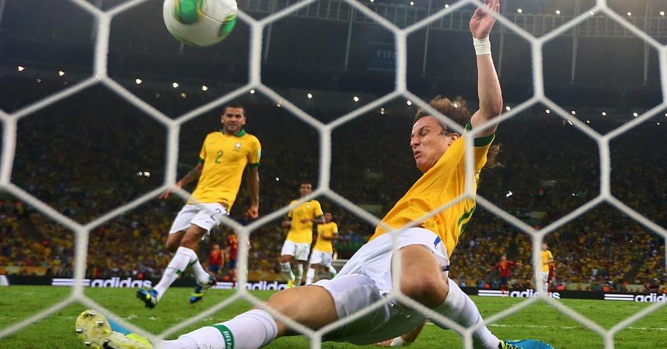 30.jun.2013 - David Luiz tira a bola em cima da linha e evita o primeiro gol da Espanha na final da Copa das Confederações