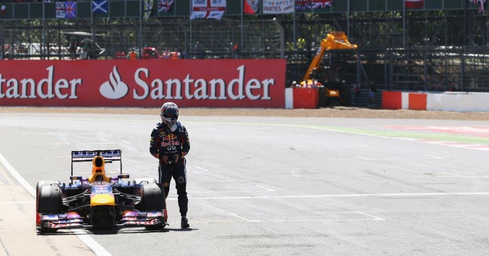 30.jun.2013 - Desolado, Sebastian Vettel abandona o GP da Inglaterra após problemas em sua Red Bull