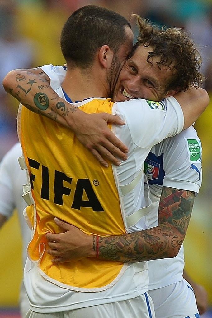 30.jun.2013 - Diamanti celebra com os reservas italianos seu gol de falta, o segundo da Itália contra o Uruguai na decisão do terceiro lugar da Copa das Confederações