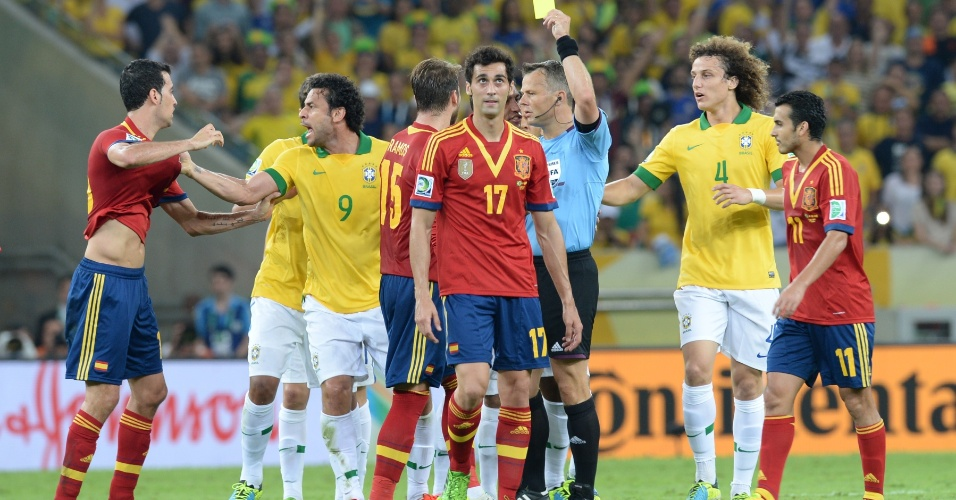 30.jun.2013 - Espanhol Arbeloa recebe cartão amarelo e se desentende com o brasileiro Fred em lance da final da Copa das Confederações