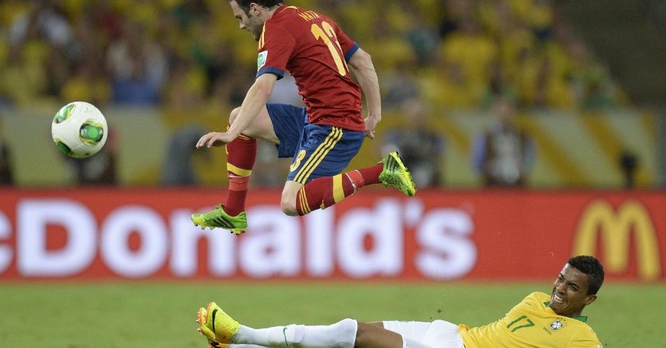30.jun.2013 - Espanhol Juan Mata salta para fugir de carrinho de Luiz Gustavo durante final da Copa das Confederações