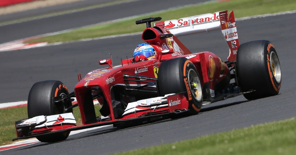 30.jun.2013 - Fernando Alonso pilota sua Ferrari pelo circuito de Silverstone durante o GP da Inglaterra