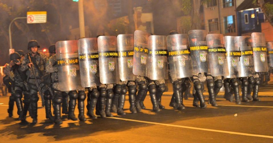 30.jun.2013 - Força Nacional faz cordão para impedir que manifestantes cheguem ao Maracanã