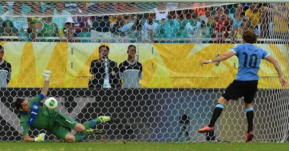 30.jun.2013 - Forlán bate e Buffon defende o pênalti, o primeiro da disputa entre Uruguai e Itália na decisão do terceiro lugar da Copa das Confederações