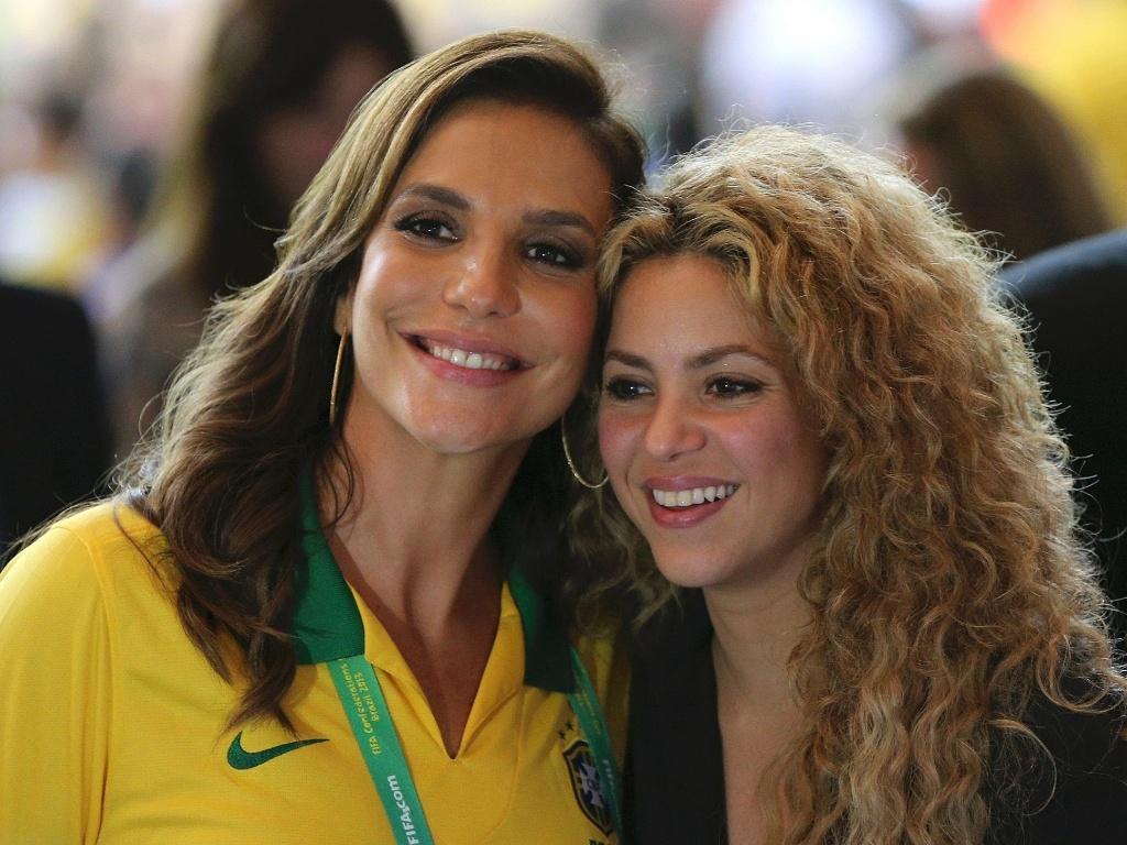 30.jun.2013 - Ivete Sangalo e Shakira posam para foto juntas durante a final da Copa das Confederações