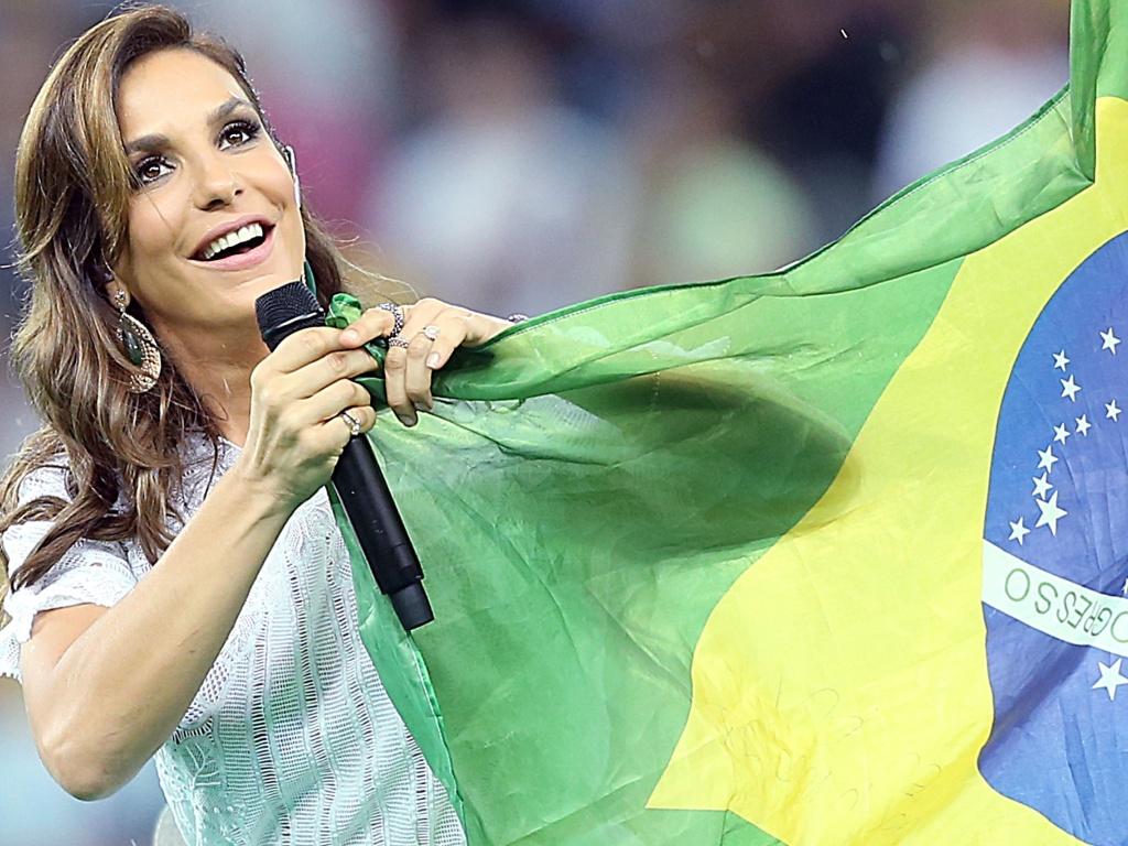 30.jun.2013 - Ivete Sangalo exibe bandeira do Brasil durante festa de encerramento da Copa das Confederações
