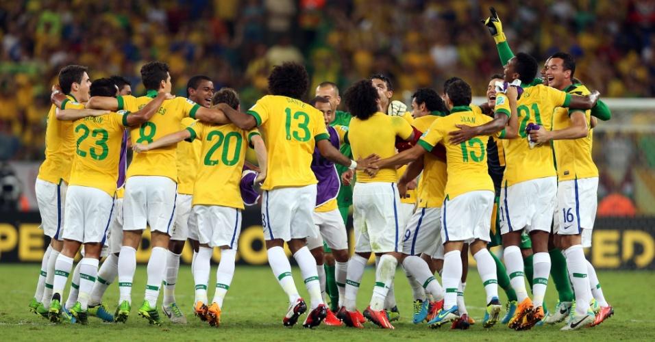30.jun.2013 - Jogadores da seleção brasileira se abraçam após título da Copa das Confederações