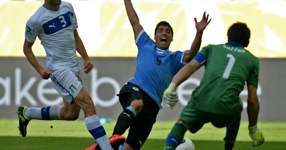 30.jun.2013 - Luis Suárez opta por se jogar e o árbitro ignora na prorrogação entre Uruguai e Itália pela Copa das Confederações