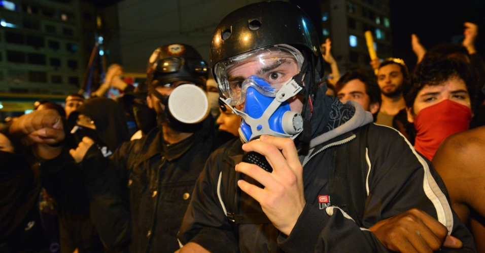 30.jun.2013 - Manifestante de máscara perto do Maracanã antes da decisão da Copa das Confederações