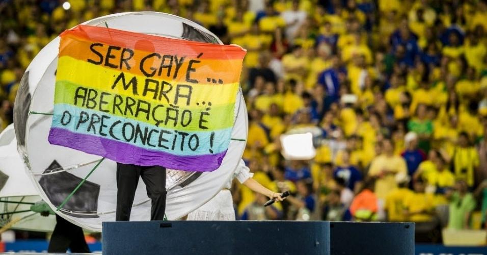 30.jun.2013 - Manifestante infiltrado na festa de encerramento da Copa das Confederações faz protesto contra a homofobia