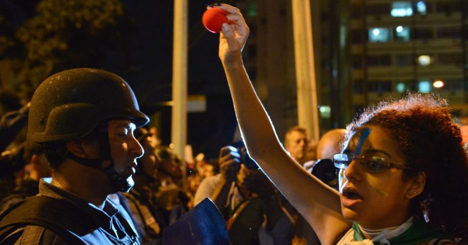 30.jun.2013 - Manifestante mostra nariz de palhaço durante protesto perto do Maracanã