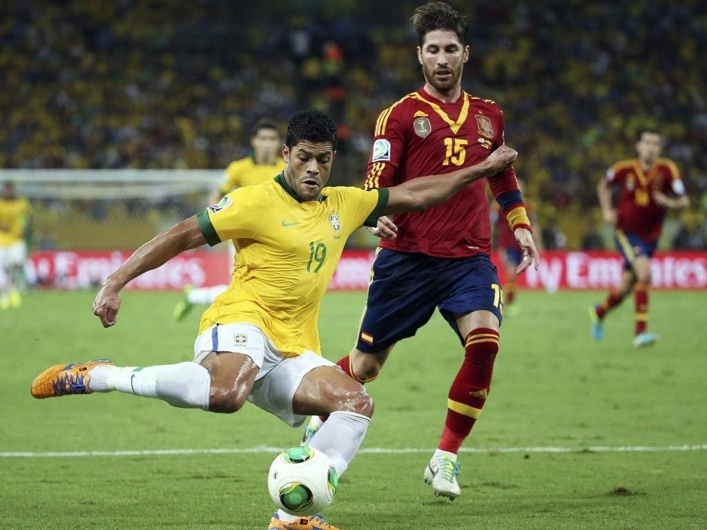 30.jun.2013 - Marcado por Sergio Ramos, Hulk tenta finalização durante final da Copa das Confederações contra a Espanha