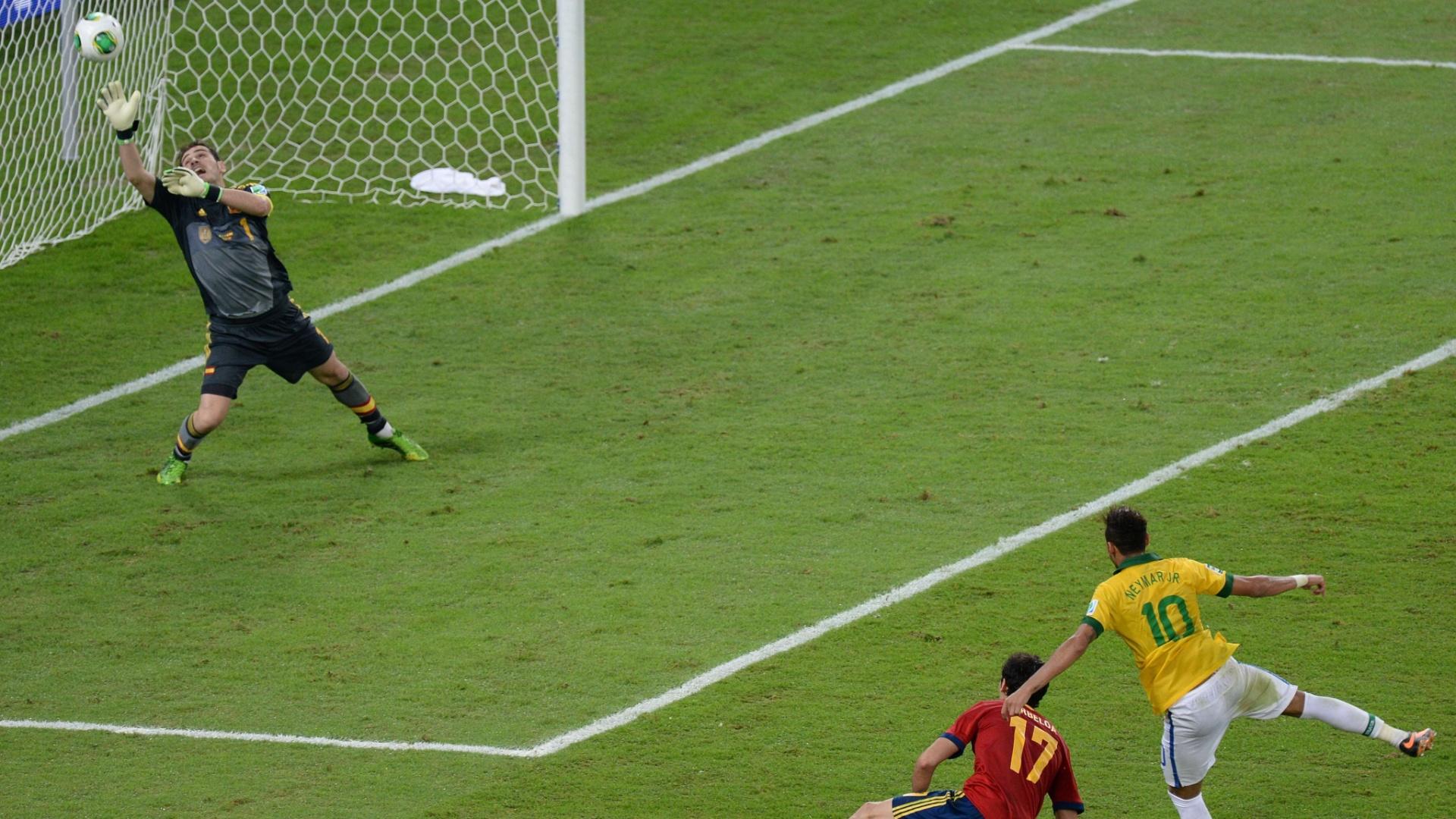 30.jun.2013 - Neymar dispara um chutaço e faz o segundo gol do Brasil contra a Espanha na final da Copa das Confederações