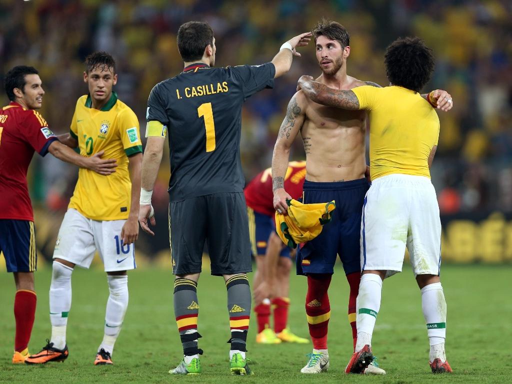 30.jun.2013 - Neymar e Marcelo cumprimentam jogadores da Espanha após título da seleção brasileira na Copa das Confederações
