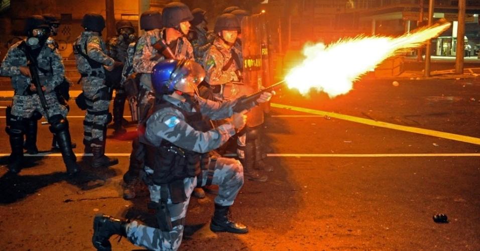 30.jun.2013 - Policiais atiram bombas de gás lacrimogênio para conter manifestantes