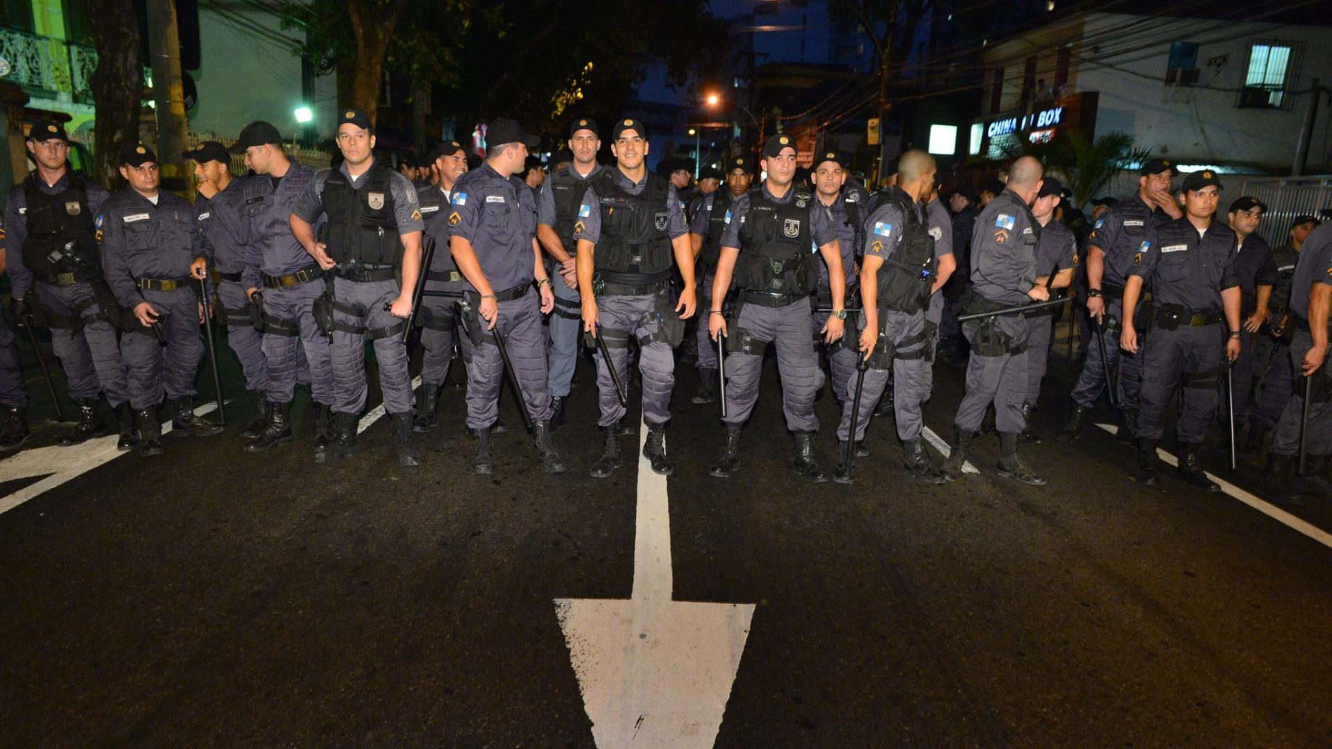 30.jun.2013 - Policiais fazem cordão para deter manifestantes a caminho do Maracanã