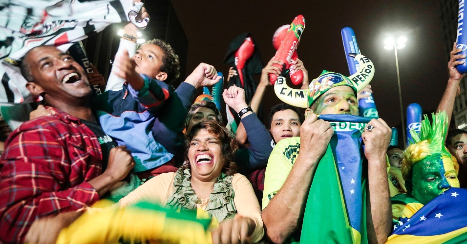 30.jun.2013 - Público comemora no Vale do Anhangabaú (SP) a conquista do Brasil na Copa das Confederações
