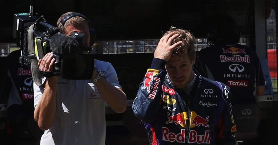 30.jun.2013 - Sebastian Vettel volta a pé aos boxes de Silverstone após abandonar o GP da Inglaterra com problemas em sua Red Bull