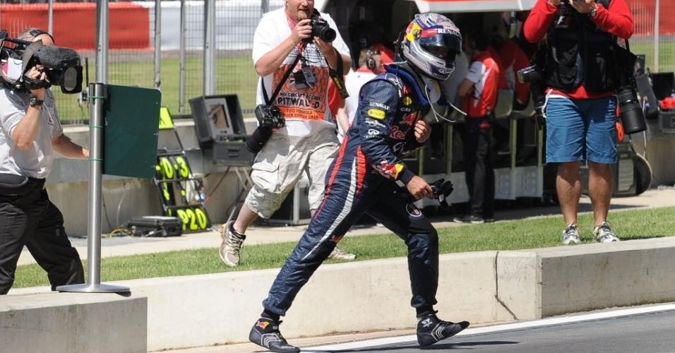 30.jun.2013 - Sebastian vettel volta a pé para os boxes após abandonar o GP da Inglaterra com problemas em sua Red Bull