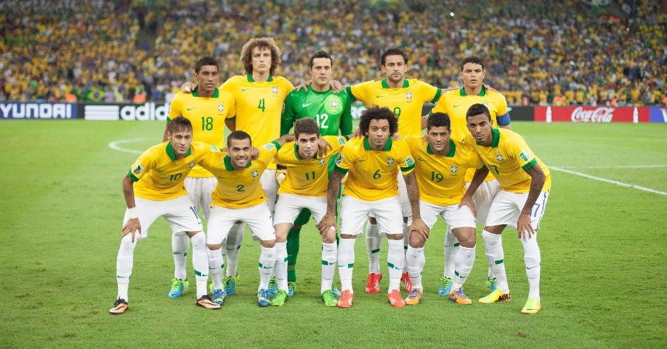 30.jun.2013 - Seleção brasileira posa para foto oficial antes de final contra a Espanha no Maracanã
