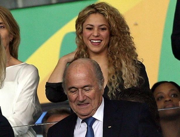 30.jun.2013 - Shakira aparece sorridente na final da Copa das Confederações entre Brasil e Espanha, no Maracanã, ao lado do presidente da Fifa Joseph Blatter. A cantora colombiana é namorada do zagueiro espanhol Piqué