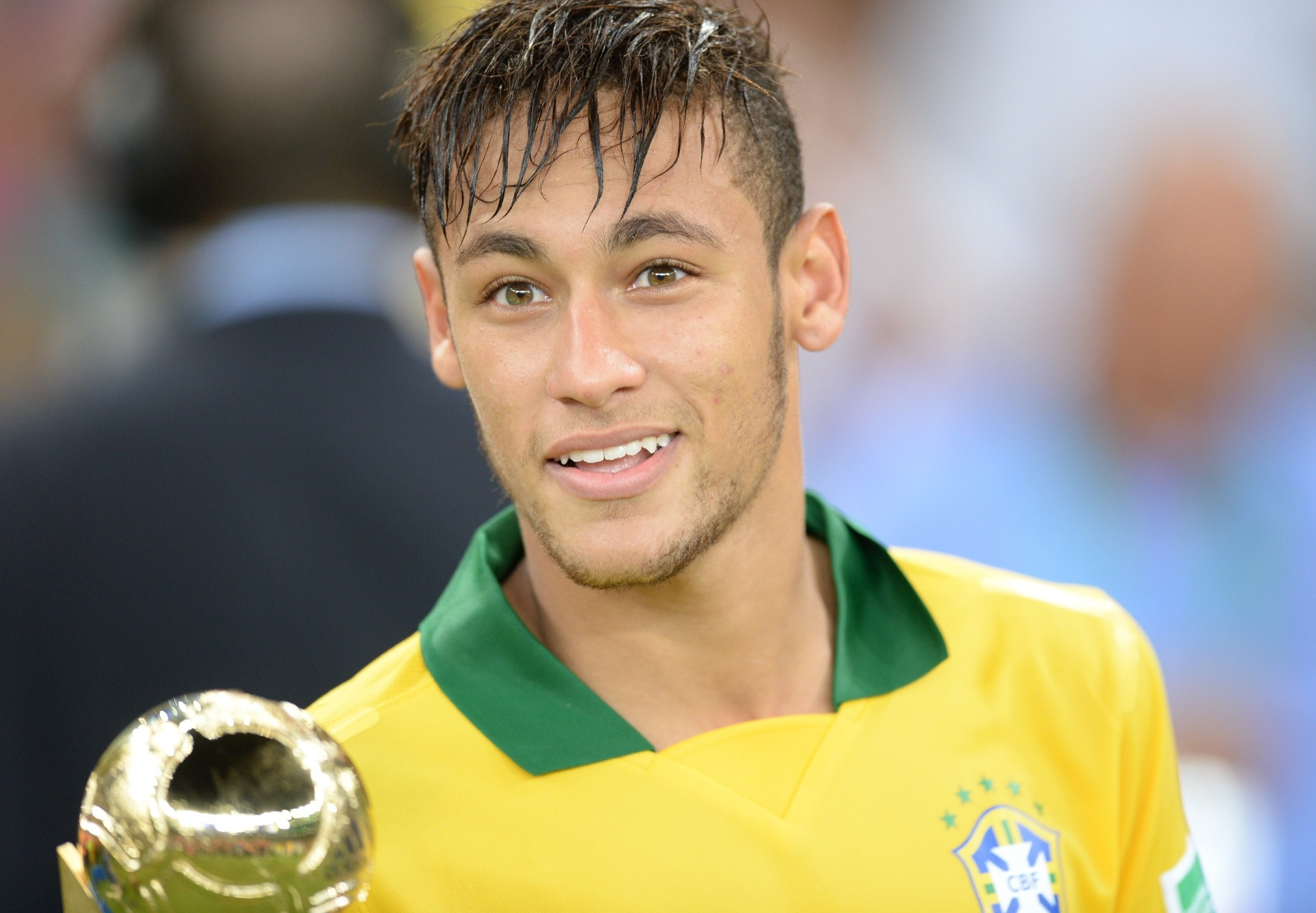 30.jun.2013 - Sorridente, Neymar exibe troféu de melhor jogador da Copa das Confederações