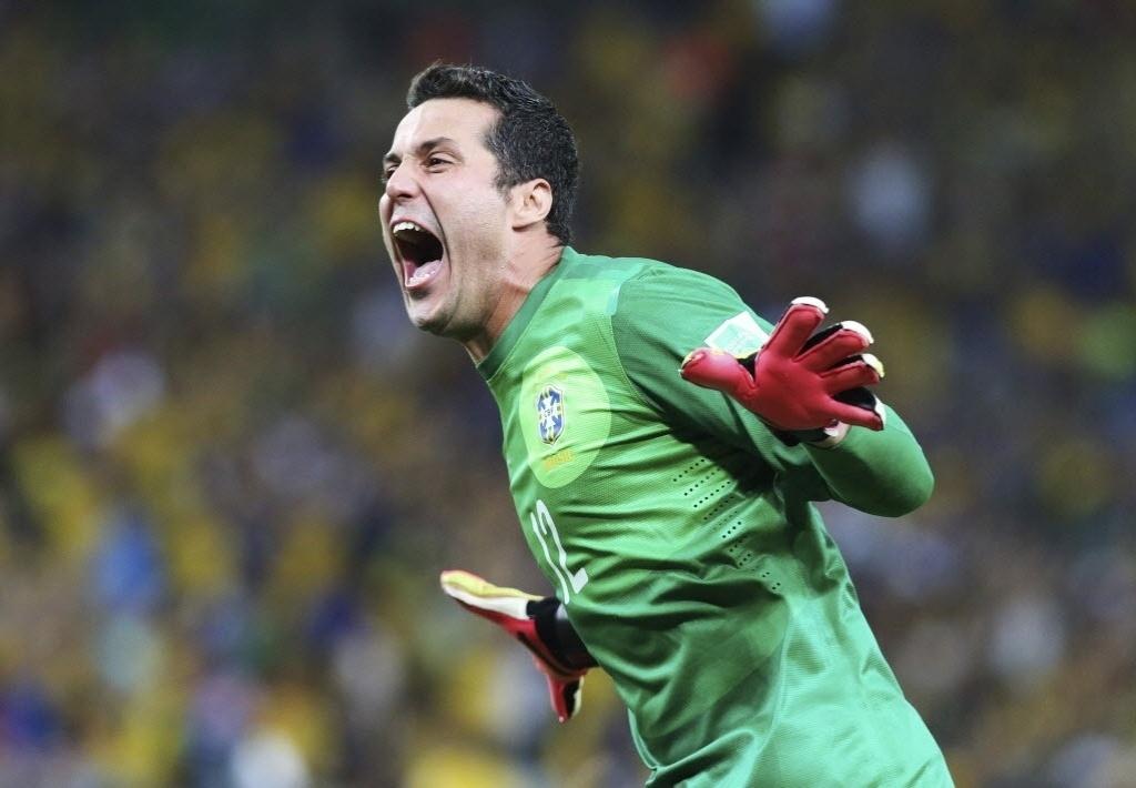 30.jun.2013 - Sozinho, goleiro Júlio César comemora gol do Brasil sobre a Espanha na final da Copa das Confederações