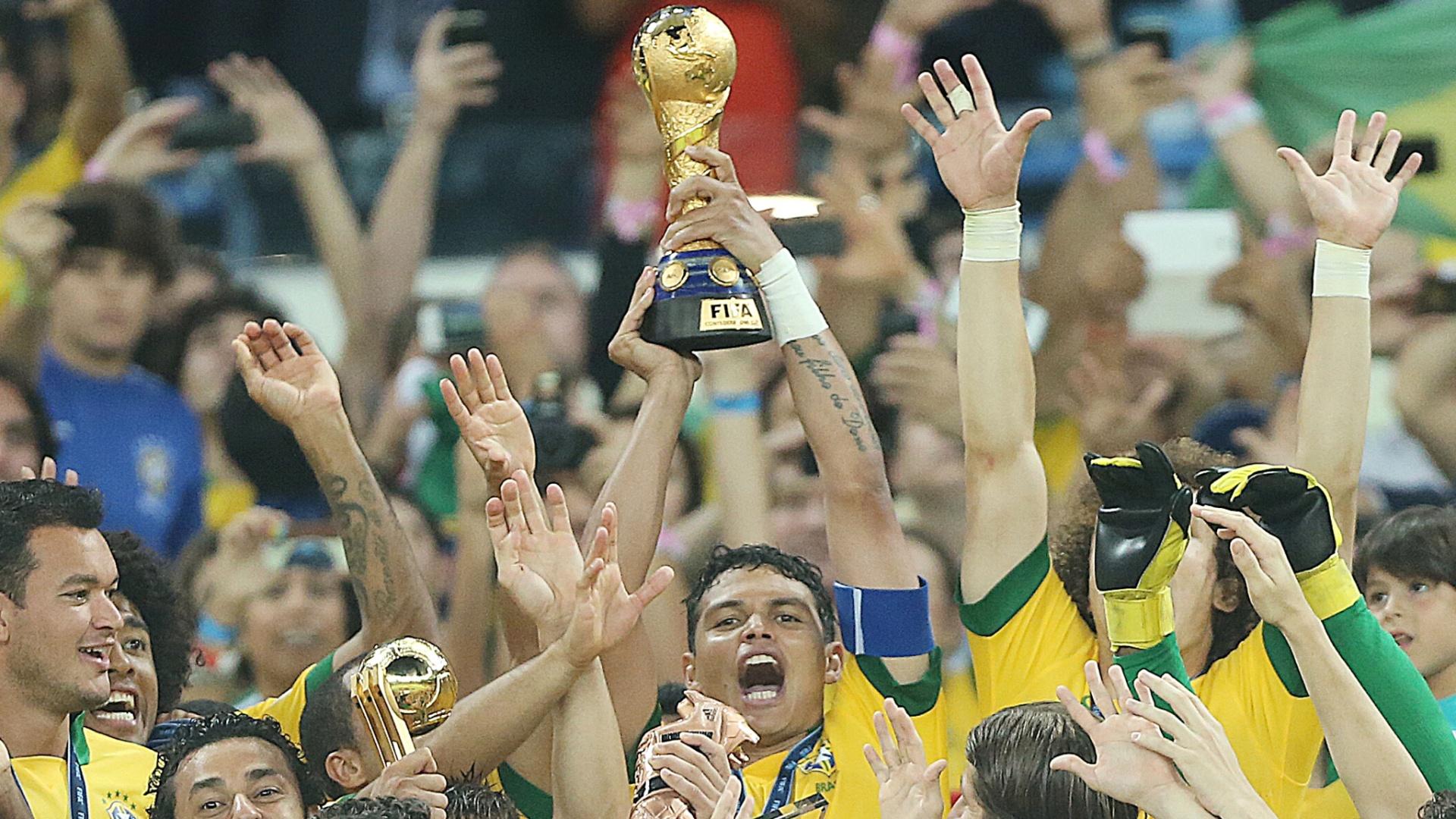 30.jun.2013 - Thiago Silva levanta taça de campeão da Copa das Confederações