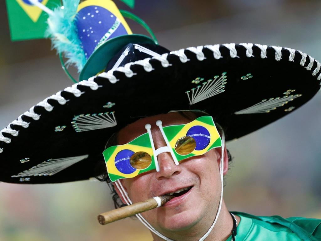 30.jun.2013 - Torcedor exibe chapéu e óculos diferentes para acompanhar final entre Brasil e Espanha no Maracanã